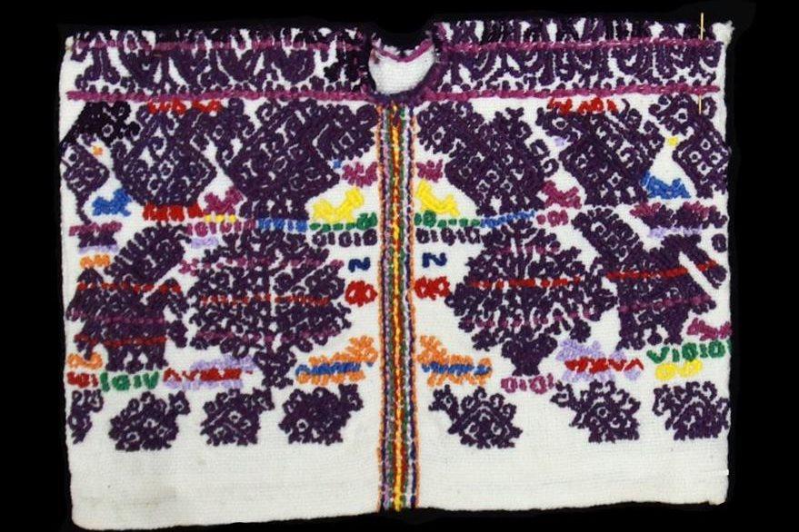 Réplica del huipil de Cofradía de San Pedro Sacatepéquez, Guatemala. Se observa el símbolo del Árbol de la vida. El tallo sale de un florero con diseños vegetales muy usados en la orfebrería europea del siglo XVI. Foto Prensa Libre: Museo Ixchel del Traje Indígena.