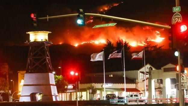 Casi 30 mil personas han sido evacuadas en las últimas horas ante la amenaza de los incendios. AFP