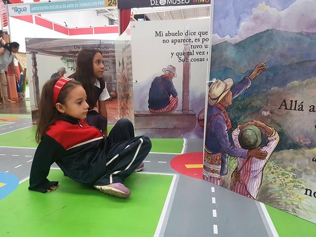 En el área especial para los niños la Filgua ofrece una sección de libros gigantes. (Foto Prensa Libre: Sandra Vi)