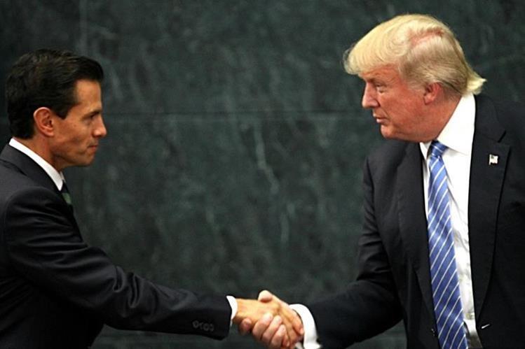 El apretón de manos al final de la polémica reunión que Donald Trump sostuvo con el presidente Enrique Peña Nieto en México. (Foto Prensa Libre: AP).