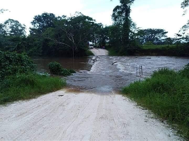 El puente sobre el río Mopán, en Dolores, Petén, fue cubierto por el afluente que aumentó su caudal. (Foto Prensa Libre: Dony Stewart)