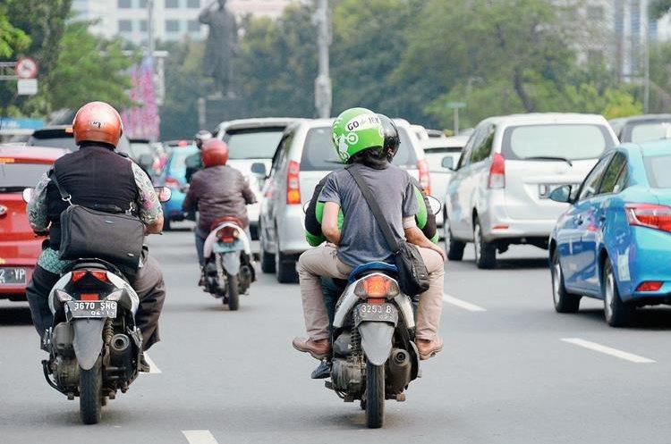 Los usuarios viajan con cascos verdes. (Foto Prensa Libre: AFP).
