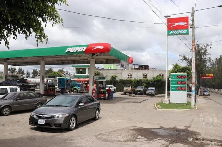 Los comsumidores en Quiché expresaron su molestia por el ajuste que se dio recientemente en las estaciones de servicio. Los propietarios de los expendios dicen que es el reflejo del mercado internacional. (Foto Prensa Libre: Héctor Cordero).
