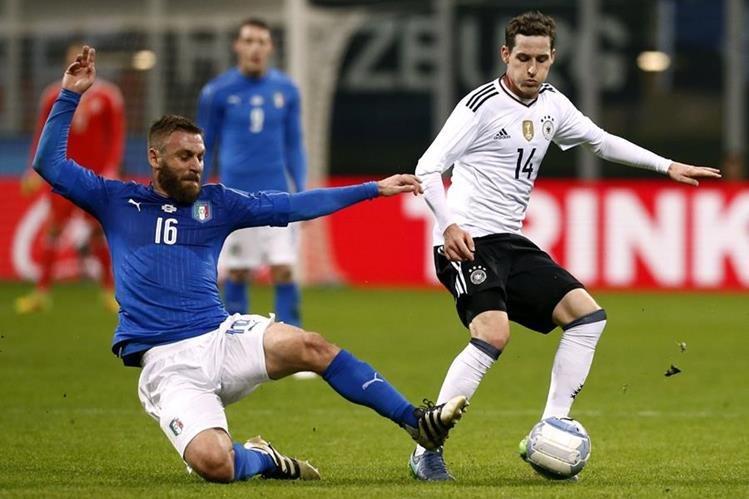 Sebastian Rudy intenta dominar el balón frente a la marca de Daniele De Rossi. (Foto Prensa Libre: AFP)