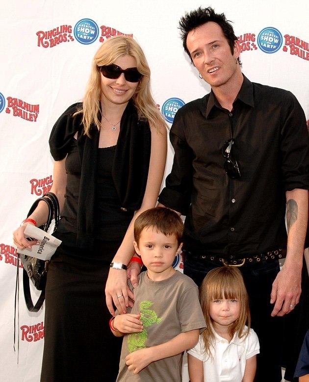 Mary Forsberg junto a Scott Weiland  y sus hijos  Noah y Lucy. (Foto Prensa Libre: dailymail.co.uk)