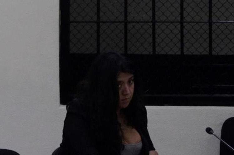 Wendy Roxana Barrios Vásquez fue sentenciada a dos años y ocho meses de prisión, en Quetzaltenango, por haber falsificado documentos del IGGS. En la foto, se precia cuando participaba en una audiencia en Tribunal Primero de Sentencia Penal. (Foto Hemeroteca PL)
