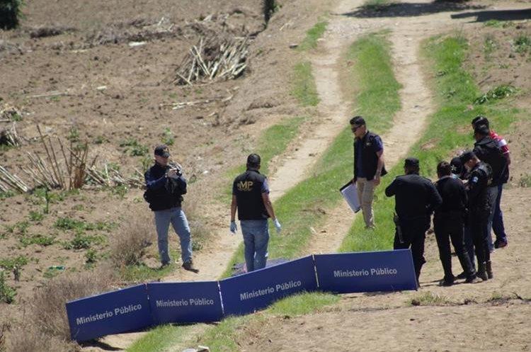 Peritos del MP buscan evidencias en el lugar donde fue hallado el cadáver de una mujer, en San Mateo, Quetzaltenango. (Foto Prensa Libre: María José Longo)