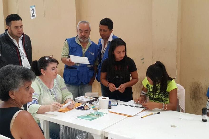 Personal de la Procuraduría de los Derechos Humanos (PDH) verifica el desarrollo de la consulta popular en Quesada. (Foto Prensa Libre: cortesía de la PDH)
