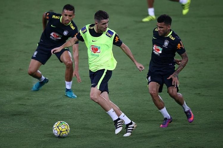 Los jugadores Oscar (c), Daniel Alves (d) y Marquinhos (i) durante un entrenamiento de Brasil en el estadio Arena das Dunas en Natal (Brasil). (Foto Prensa Libre: EFE).