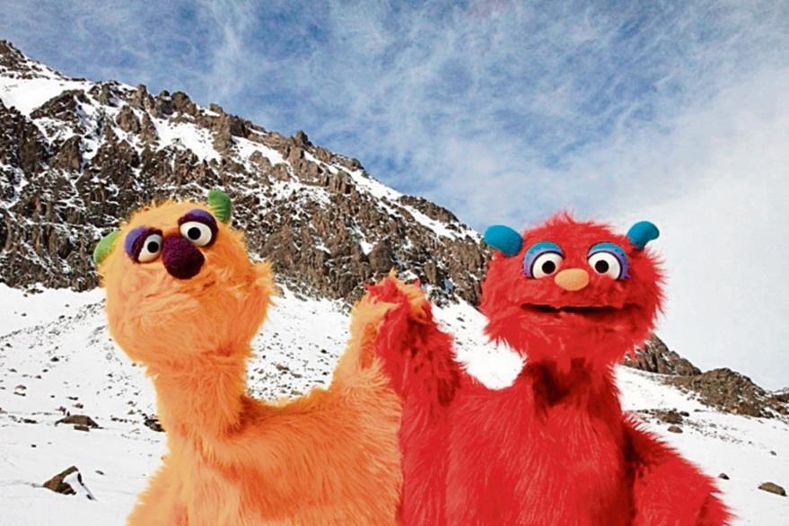 Los títeres  Trikitrí y Trukutrú visitan los nevados de los Andes durante su gira por Sudamérica.
