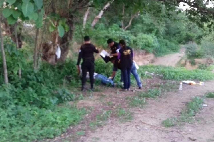 Autoridades hallan cadáver con mensaje de amenaza en la cabecera de Chimaltenango. (Foto Prensa Libre: Edwin Paxtor)