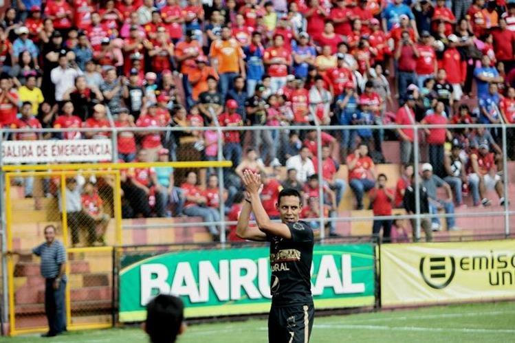 Claudio Albizuris agradece a la afición roja. (Foto Prensa Libre: Norvin Mendoza)