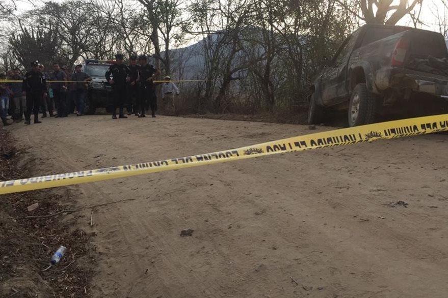 Cadáveres fueron localizados en un camino de terracería de la cabecera de Zacapa. (Foto Prensa Libre: Víctor Gómez)