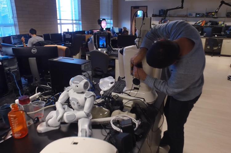 El robot fue creado por Mohammad Mahoor y estudiantes de la Escuela de Ingeniería y Computación de la Universidad de Denver (Foto Prensa Libre: YouTube).