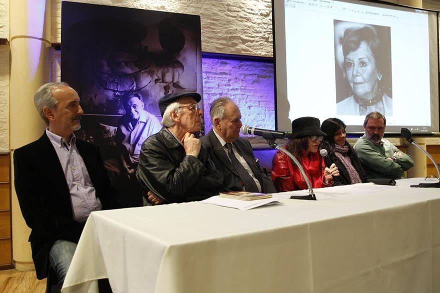 Personeros de la Fundación Mario Benedetti recuerdan al escritor en el aniversario de su nacimiento. (Foto Prensa Libre: EFE)