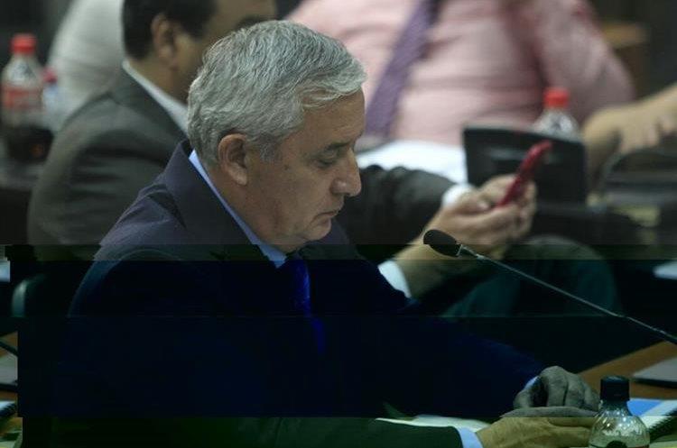 Otto Pérez Molina se apoya en una presentación de Power Point para presentar las pruebas de descargo. (Foto Prensa Libre: Carlos Hernández)