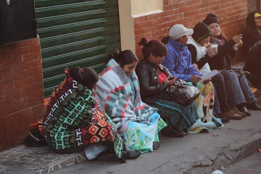 Pobladores de la cabecera de San Marcos salieron de sus viviendas abrigados, por las bajas temperaturas. (Foto Prensa Libre: Aroldo Marroquín)