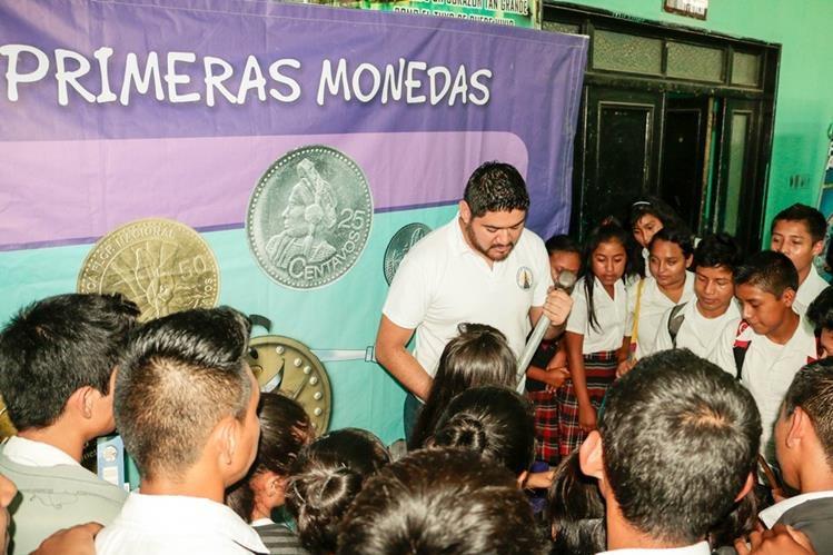 Estudiantes participan en Festival de Educación Económico Financiero, en Salamá, Baja Verapaz. (Foto Prensa Libre: Carlos Grave)