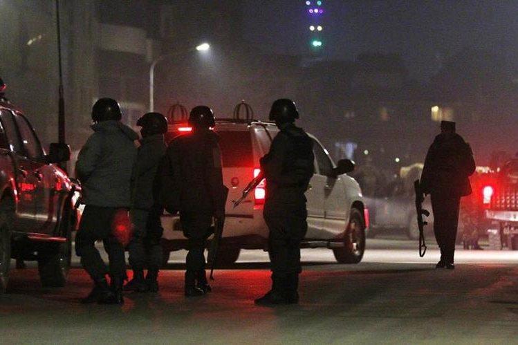 Fuerzas de seguridad rodean el hostal cercano a la embajada de España que fue atacado en Kabul este viernes. (Foto Prensa Libre: EFE).