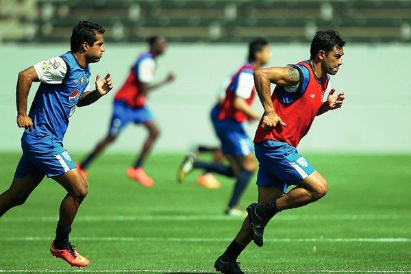 Carlos Ruiz —d- durante el entreno junto a Ángelo Padilla, en el Estadio Stubhub Center de Carson, California.