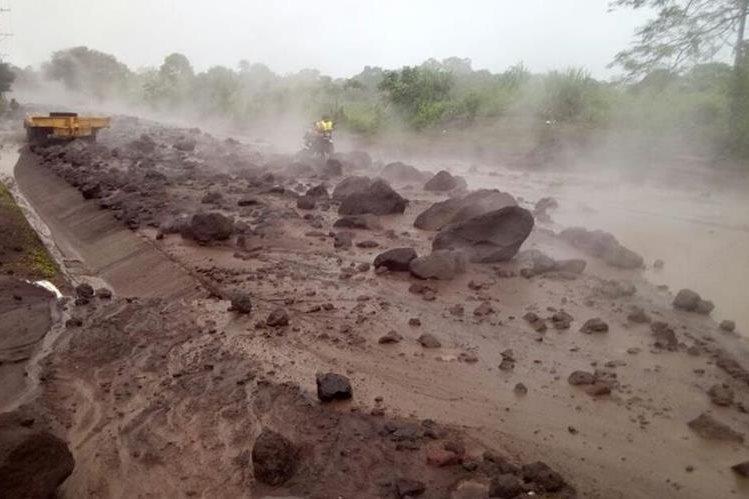 El material volcánico descendió por la zona afectada y siguió su trayecto por la Ruta Nacional 14. (Foto Prensa Libre: Cortesía Conred)