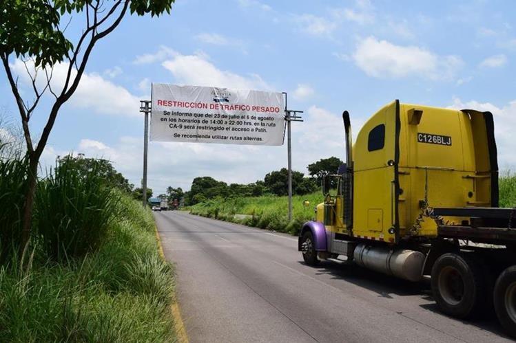Valla anuncia horario de restricción del paso por Palín, Escuintla. (Foto Prensa Libre: Enrique Paredes).