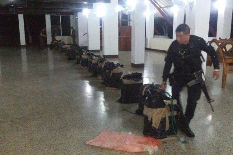 Las autoridades han detenido a cuatro lanchas que transportaban droga hacia Estados Unidos por el mar Pacífico (Foto Prensa Libre: PNC).