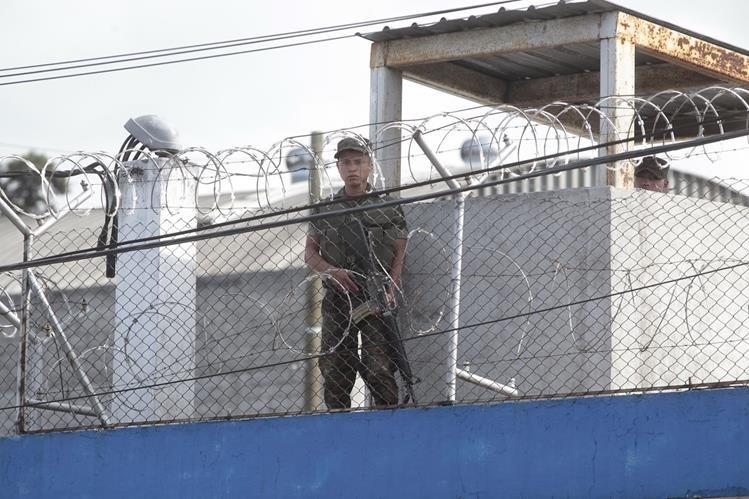 En el centro correccional Las Gaviotas, zona 13, hay menores que integran pandillas y son los que provocan amotinamientos y crímenes (Foto Prensa Libre: Hemeroteca).