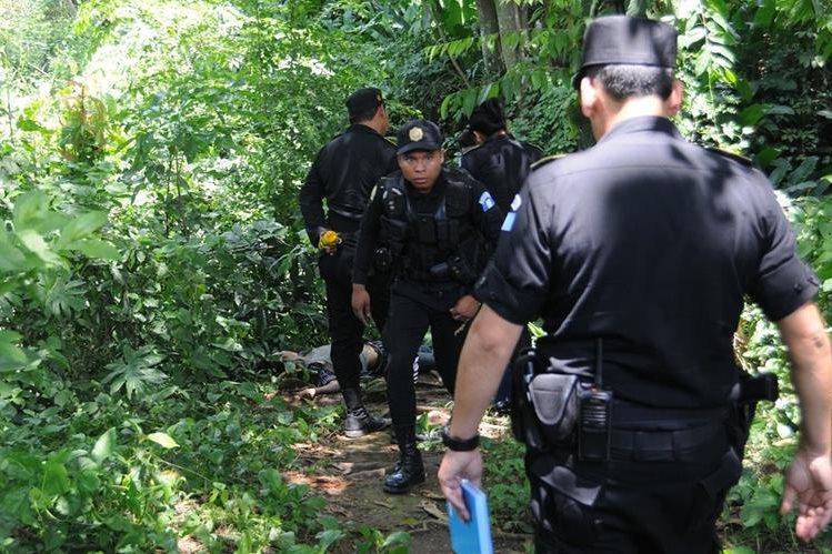 Agentes policiales resguardan área donde fue localizado el cadáver de un menor, en Coatepeque, Quetzaltenango. (Foto Prensa Libre: Alexander Coyoy)