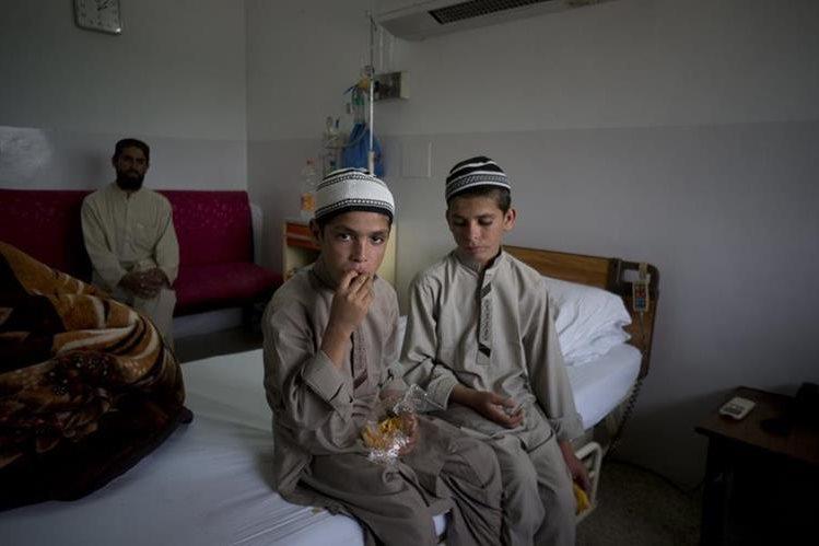 Abdul Rasheed , 9 , izquierda, y Shoaib Ahmed , 13 , peramenecen en un hospital en Islamabad. (Foto Prensa Libre: AP).