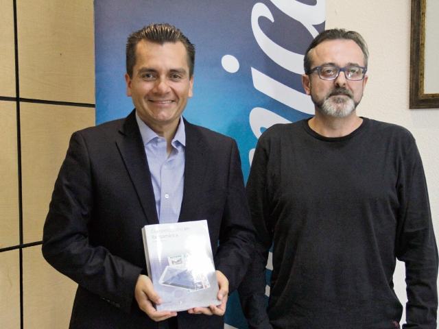 RAúl Alas, gerente de Comunicación y Relaciones Públicas de Telefónica Guatemala, y José Antonio Fernández Valbuena, director de Fundación Telefónica en el país, presentaron el libro. (Foto Prensa Libre: Cortesía)