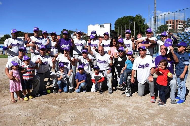 Jugadores de Lanquetin posan para una fotografía, luego de ganar su título 12. (Foto Prensa Libre: Asosoft).