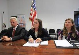 John Hicks, Briana Jones, y Kristen Smith, de la Embajada de EE. UU. en Guatemala, informan acerca del procedimiento para obtener visas. (Foto Prensa Libre: Esbin García)