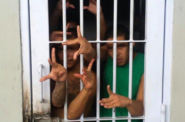 Integrantes de la pandilla 18 en una celda en la cárcel La Tolva en Moroceli, El Paraíso, Tegucigalpa.  (Foto Prensa Libre: AFP)