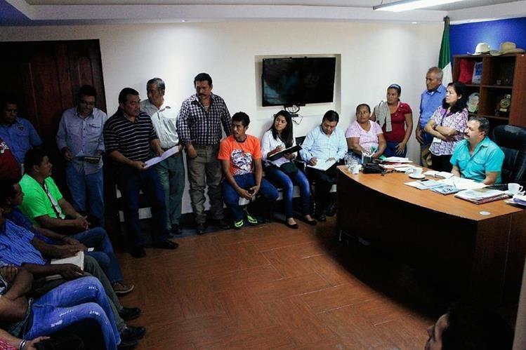 Reunión en la que participaron afectados por la contaminación en el río y representantes de Jaguar Energy, en Escuintla. (Foto Prensa Libre: Enrique Paredes)