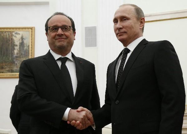 El presidente ruso, Vladímir Putin (der), recibe a su homólogo francés, François Hollande, en el Kremlin de Moscú, Rusia.