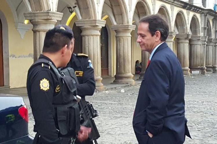 Agentes de la PNC identificaron al diplomático que orinó en el Palacio General. (Foto Prensa Libre: Julio Sicán)