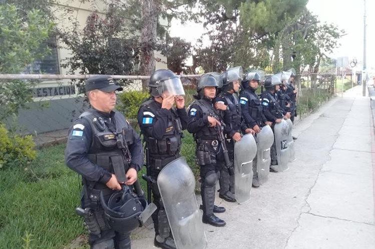 Un grupo de agentes antidisturbios resguarda la subestación en Chichicastenango, Quiché. (Foto Prensa Libre: Héctor Cordero)