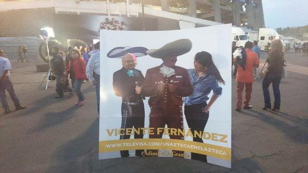La figuara de Vicente Fernández está presente en el Estadio Azteca. (Foto Prensa Libre: @_VicenteFdez)