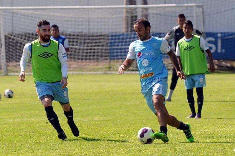 José Contreras conduce el balón, durante el entrenamiento. (Foto Prensa Libre: Jeniffer Gómez)
