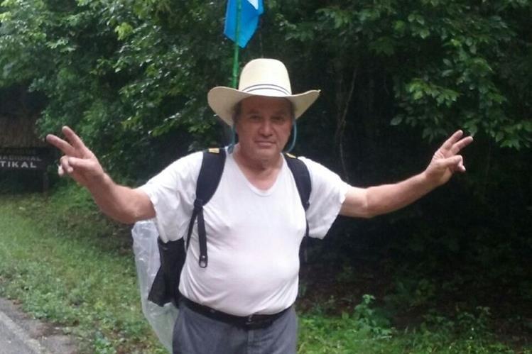 Óscar Misael Recinos Pérez sale de Tikal con rumbo a Villa Canales, Guatemala, con el objetivo de llevar un mensaje de paz a la población. (Foto Prensa Libre: Rigoberto Escobar)