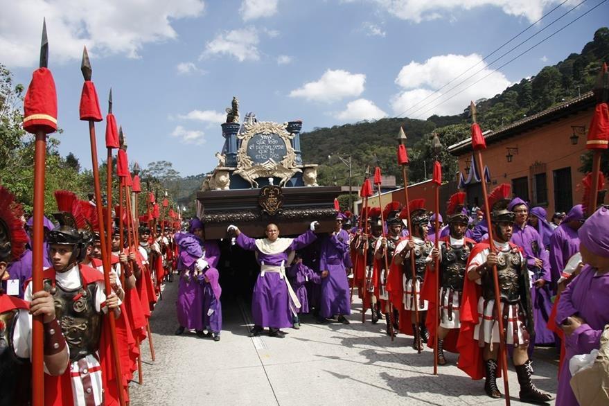 Procesión de Jesús Nazareno del templo de San Inés del Monte Pulciano en su recorrido en el 2015. (Foto Prensa Libre: Hemeroteca PL).