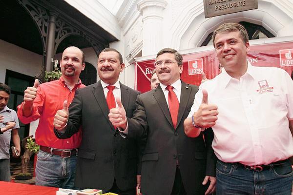 Antonio Coro (segundo de izquierda a derecha), tiene a su izquierda a Amilcar Rivera y a su derecha al candidato vicepresidencial del Líder Manuel Barquín, y Edwin Escobar (Foto: Erick Ávila)