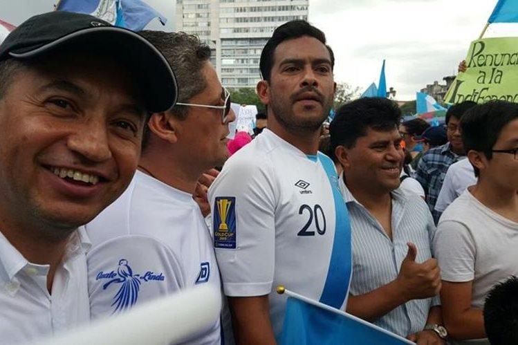 Carlos Ruiz se hizo presente a la Plaza de la Constitución para apoyar las manifestaciones.