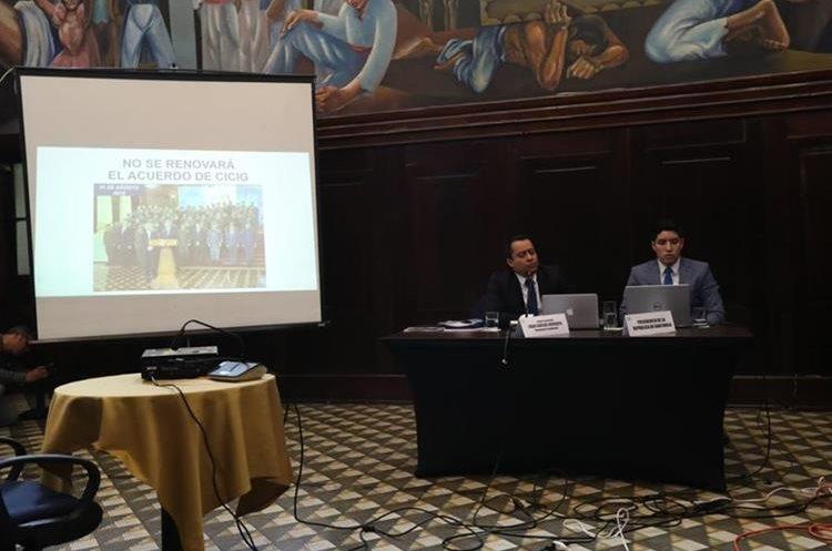 El abogado de Morales explica los motivos por los que el mandatario considera que la solicitud de antejuicio es política e ilegítima. (Foto Prensa Libre: Esbín García)