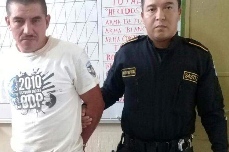 Ulmer Martínez Rivas, de 38 años, fue capturado cuando vecinos escucharon los gritos de la menor. (Foto Prensa Libre: Mike Castillo)