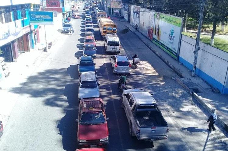 Caravana de taxista exige la reinstalación de ventas informales. (Foto Prensa Libre: Mike Castillo)