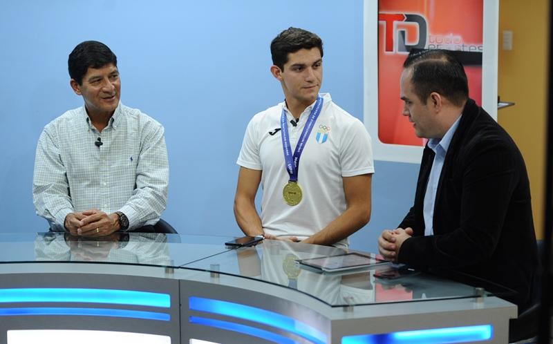 Charles posa junto a su padre Carlos Fernández en las instalaciones de Prensa Libre. (Foto Prensa Libre: Gloria Cabrera).