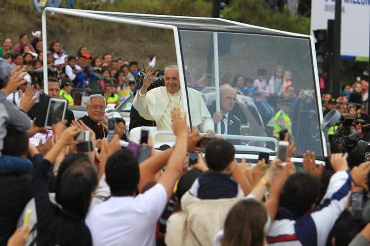 El papa Francisco saluda a feligreses en Ecuador (Foto Prensa Libre: EFE)