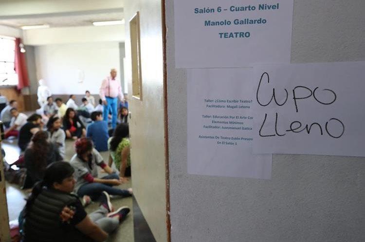 El aula con el taller de teatro, impartido por Manolo Gallardo, fue uno de los salones que llenaron el cupo. (Foto Prensa Libre: Anna Lucía Ibarra).